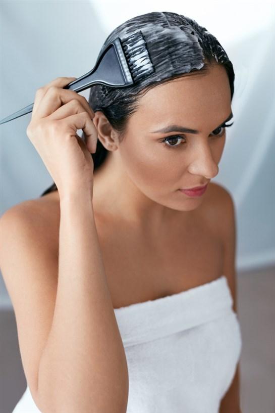 Nanošenje maske za zdravu kosu
