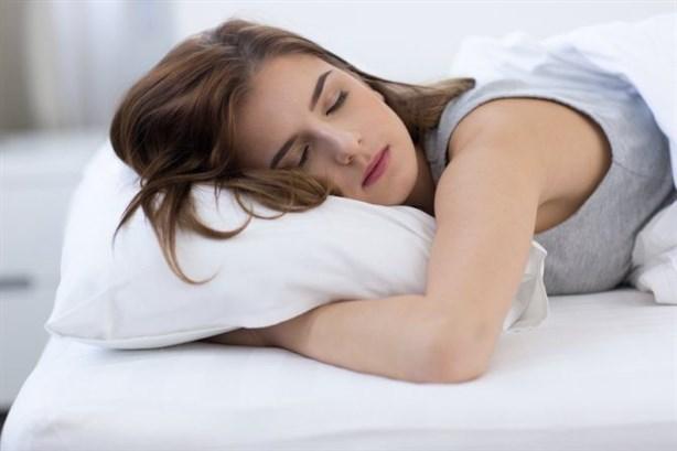 ارتداء العدسات اللاصقة أثناء النّوم