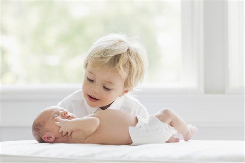 علامات غيرة الطفل من المولود الجديد