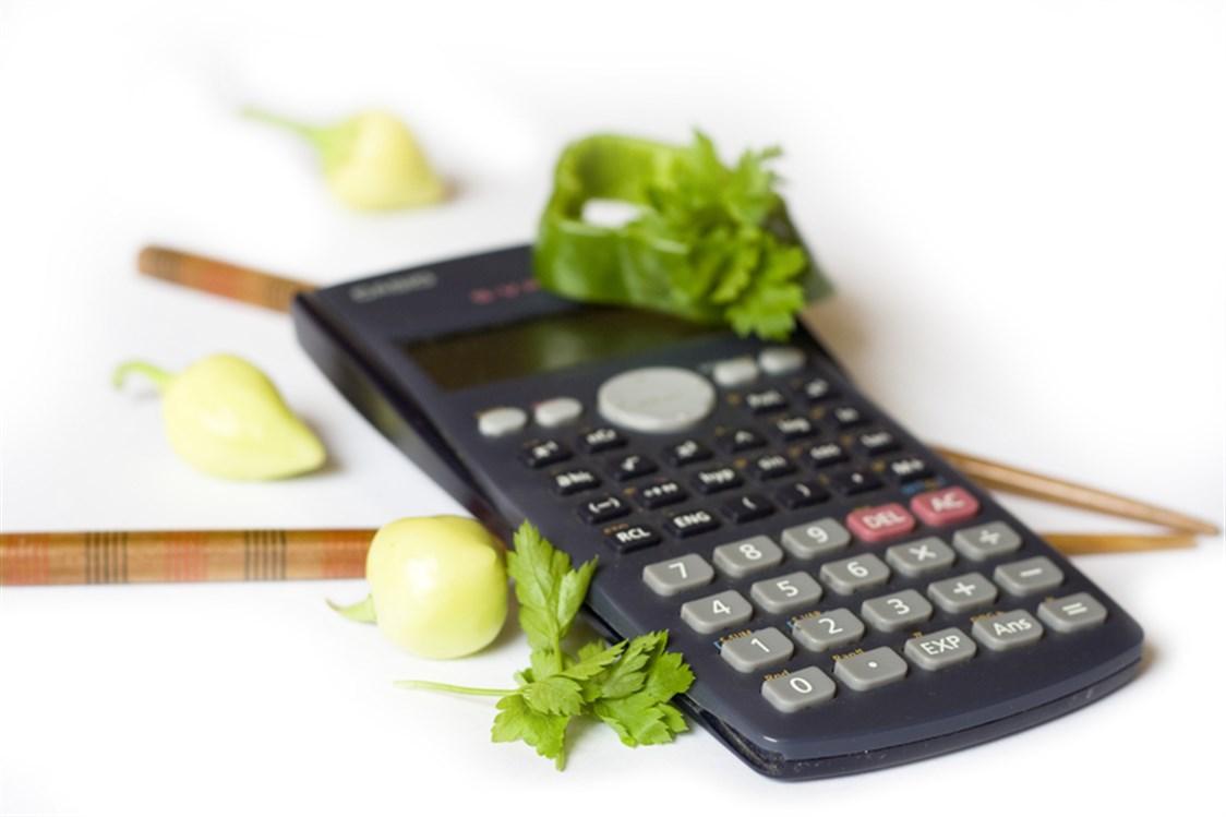 0326c0e43 كم عدد السعرات الحرارية في الأطعمة: في البرغر؟ هل كمية السعرات الموجودة في  الموز أو التفاح أقل؟ هل تود أن تعرف قيمة السعرات الحرارية في الأطعمة التي  تحبها؟