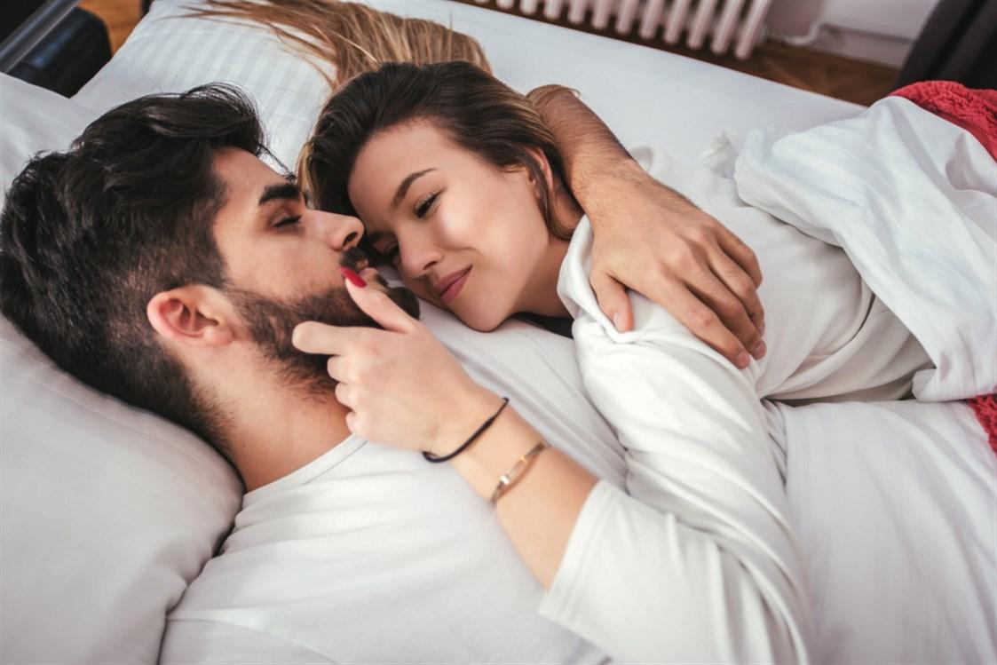 de75c9c2d من المعروف عن العلاقة الحميمة هو انها تساعد على تعزيز الرابط العاطفي بين  الزوجين، كما انها من العوامل التي تساعد على إنجاح الزواج.