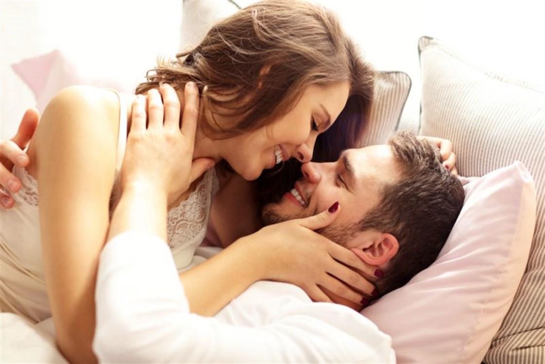 8f2faf1b4 يحبّ الرّجل غالباً كسر الروتين خلال العلاقة الحميمة، كما أنّه يرغب دائماً  بأن تقوم زوجته ببعض التصرّفات ولكنّه لا يبوح بها أبداً.