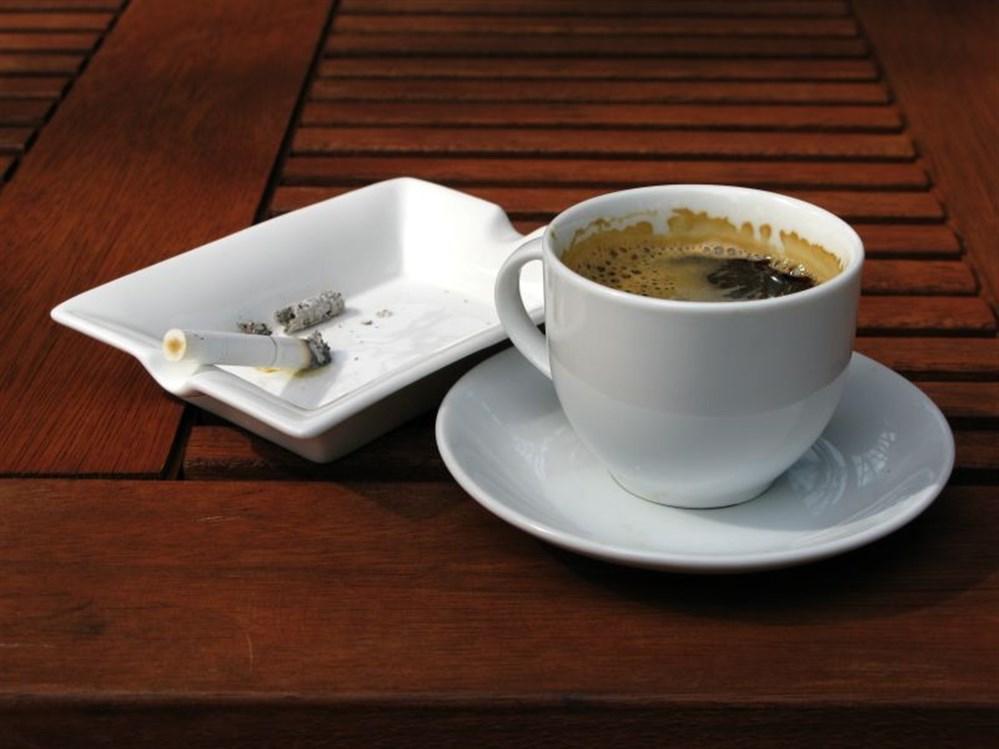 3606d8c6a7bdb أصبح التدخين والقهوة اثنين من أصول روتيننا اليومي، حيث يستهلك بعض الناس أحد  المواد، ويستهلك بعضهما كلا منهما، وأقلية فقط لا تستهلك أي منهما.