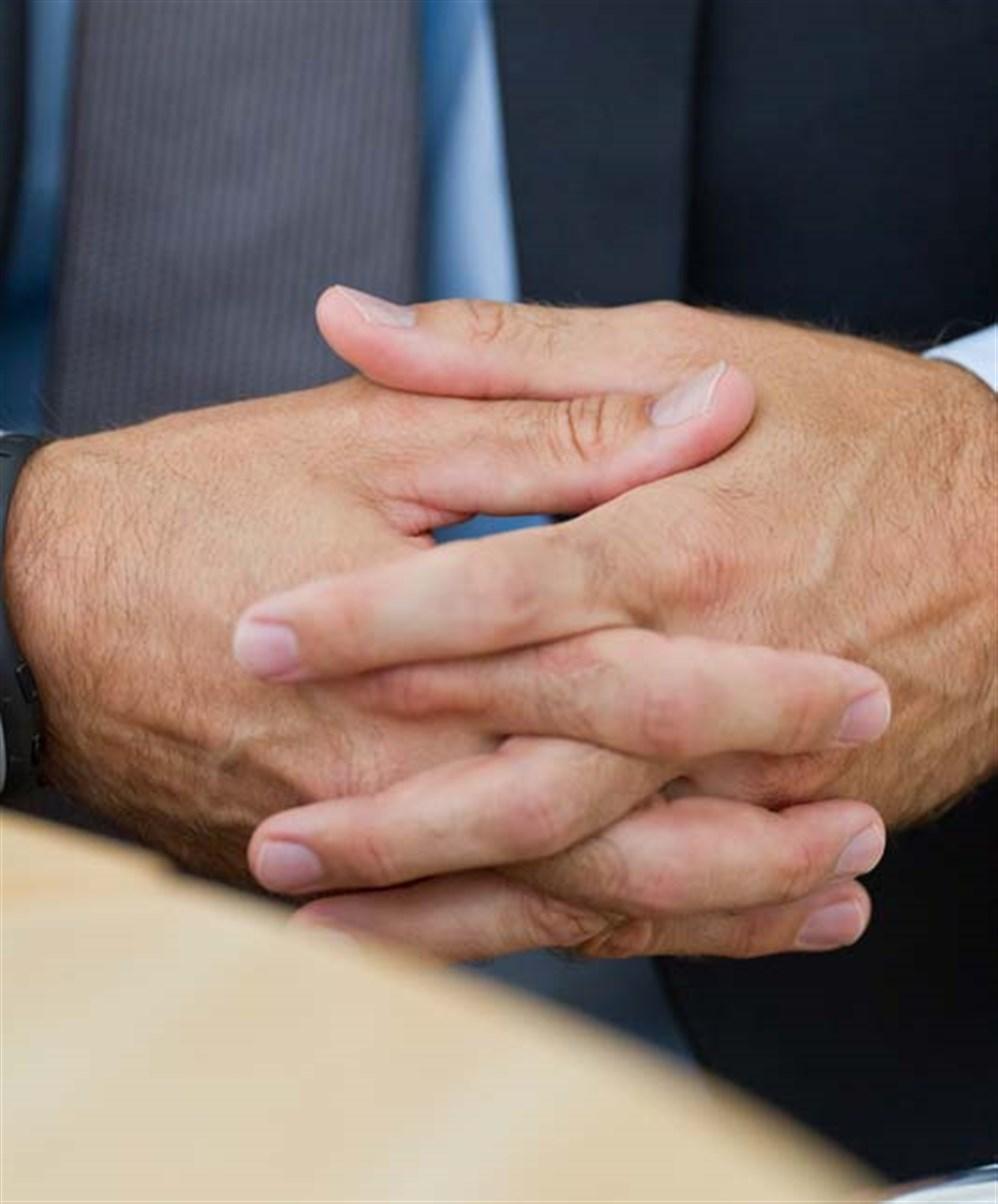 Sohati ما هي دلالات شبك الأصابع في لغة الجسد