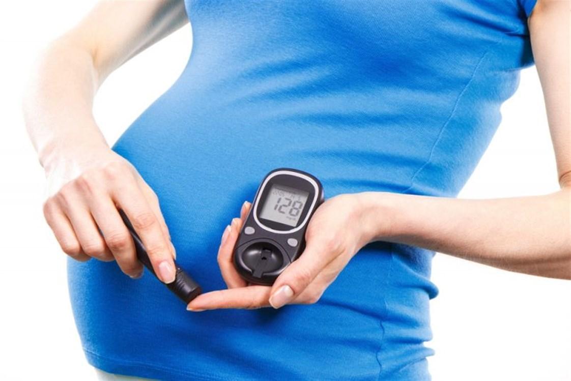 569b119ec خلال الحمل، تقوم المشيمة بإفراز هرمونات السكري في الدم، وعادة يكون للجسم  القدرة على مقاومتها من خلال إفراز الأنسولين في البنكرياس.